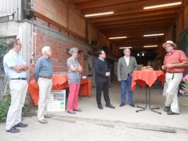 Minister Bonde läßt sich gemeinsam mit Bundestagskandidat Peter Schanz und etlichen Gästen von michael Müller über seinen Biolandbetrieb mit Gemüseanbau und über die Vermarktungswege informieren
